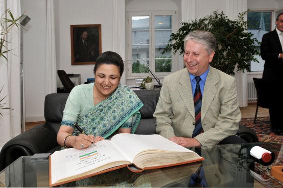 Botschafterin Meera Shankar und Rektor Prof.