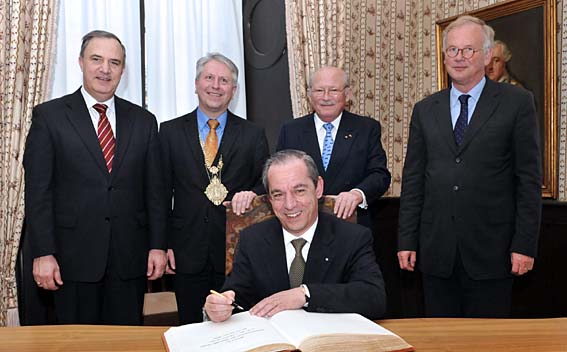 Prime Minister Gonzi entering his name in the Golden Book of Heidelberg University. Behind him (l. to r.) Malta's ambassador Dr. John Paul Grech, Rector Prof. Dr. Bernhard Eitel, honorary senator Prof. Dr. Viktor Dulger and the German ambassador to Malta, Karl Andreas Freiherr von Stenglin.