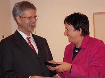 Bundesjustizministerin Zypries überreichte Prof. Kronke den Orden in Berlin.